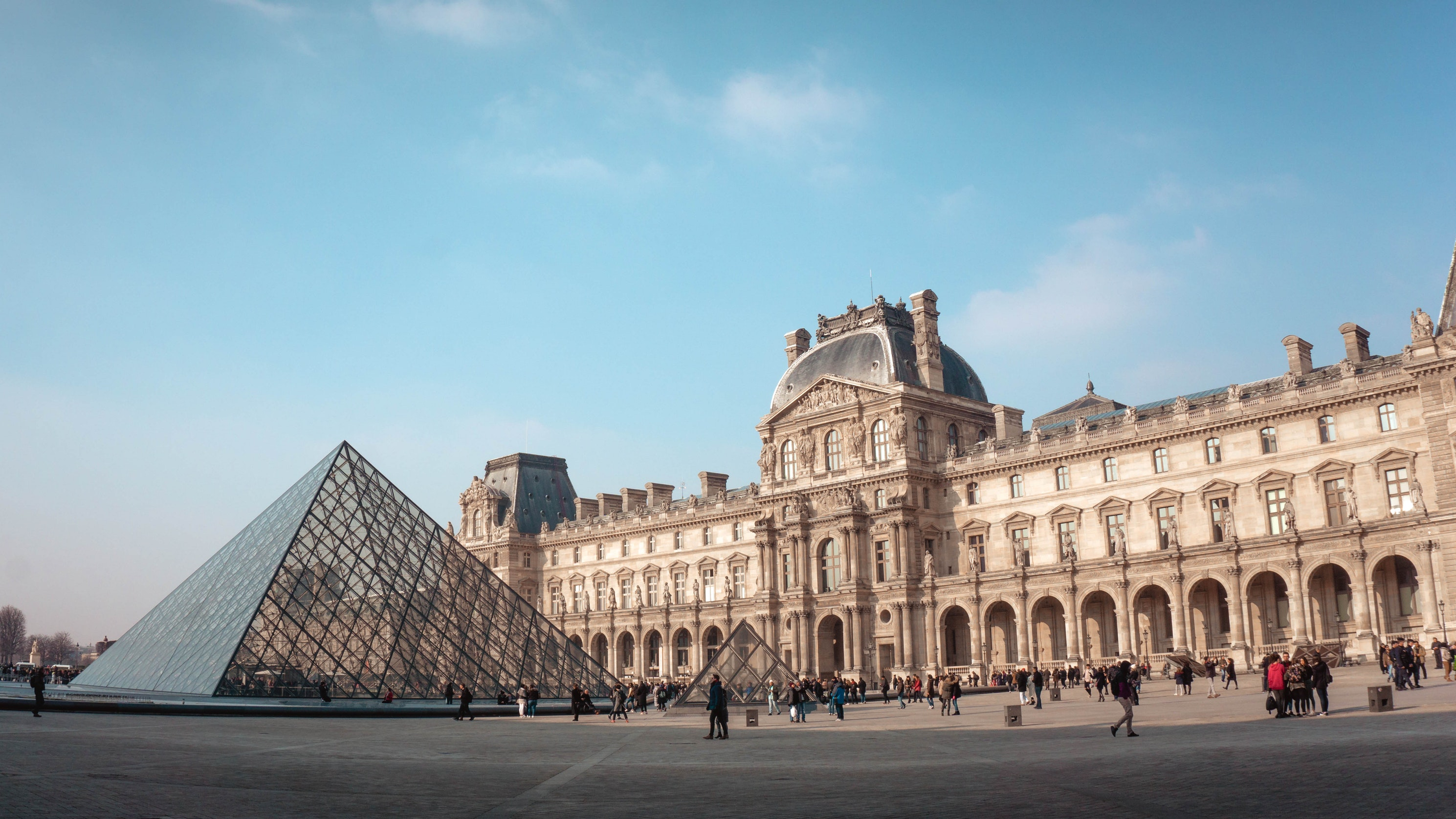 Why have Airbnb and the Louvre Museum in Paris partnered for